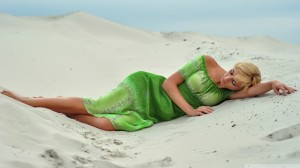 girl_in_the_sand-wallpaper-1920x1080